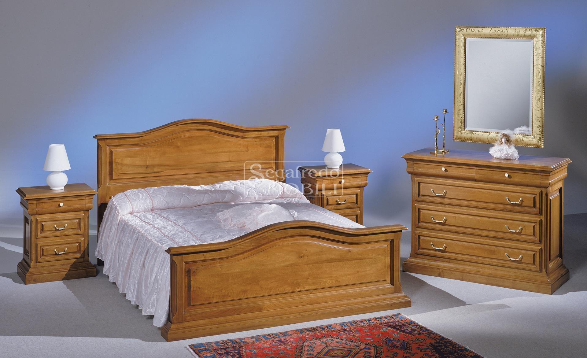 Camera con letto matrimoniale sagomato in legno massello for Katia arredamenti