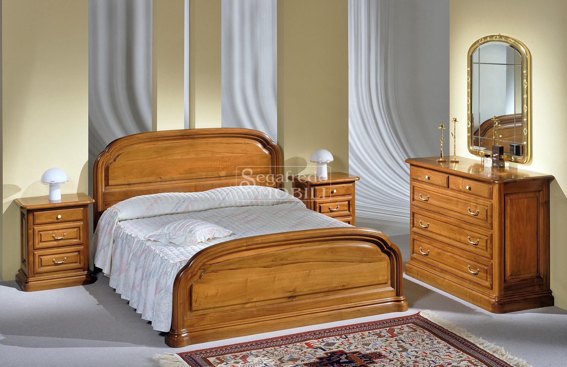 Camera con letto matrimoniale sagomato in legno massello for Camera matrimoniale in legno
