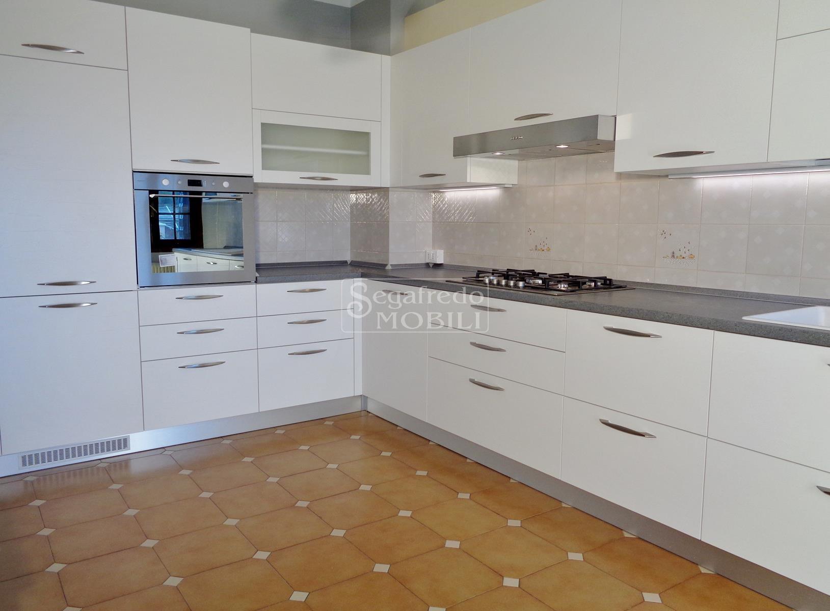Cucina moderna in Legno rivestito da laminati e melaminici ...