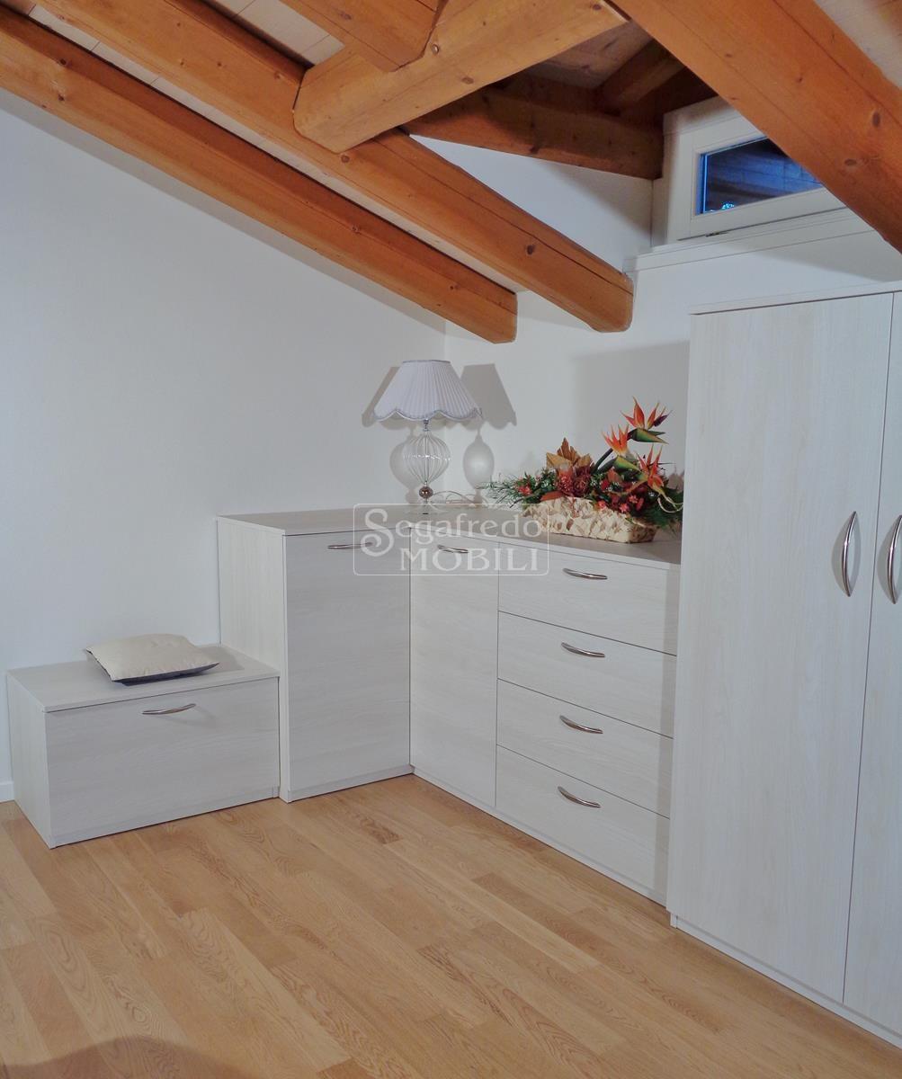 Composizione di arredo su misura per camera da letto mansardata mobilificio segafredo mobili - Composizione camera da letto ...